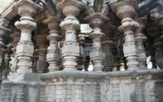 Резные колонны Шраванабелагола, Индия — обзор