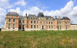 Замок Клермон Луи де Фюнеса, Франция — обзор